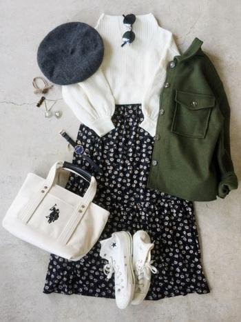 大人可愛い小花柄のスカートを取り入れたコーデも足元がスニーカーなら甘いすぎないコーデに。スニーカーはたくさん歩いても疲れにくいので、お買い物に行くときにもぴったりですね。