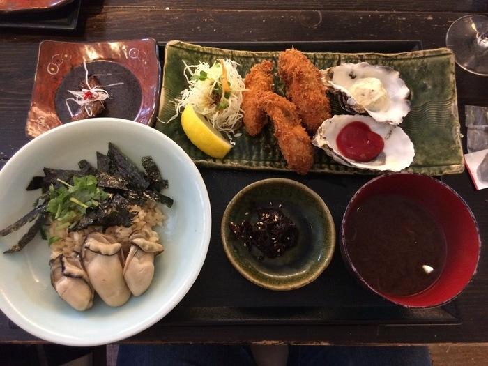 宮島にある人気の牡蠣専門店です。ランチメニューのイチオシは「牡蠣屋定食」。かきめしにかきフライ、牡蠣の赤出汁に佃煮やオイル漬けなど、隅から隅まで牡蠣尽くしの贅沢な定食となっています。そしてさらに、網で焼き上げた焼きがきまでセットに!昼から贅沢に牡蠣を楽しめますよ♪