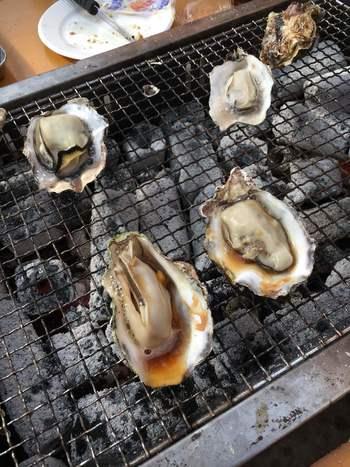 新鮮な牡蠣を炭火で豪快に焼く!冬に牡蠣を食べるなら、かき小屋はぜひおすすめしたいスポットです。人気の1時間食べ放題の他、重量販売もあるので女性でも食べやすい量を注文できますよ。