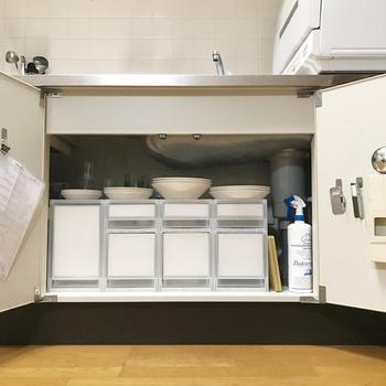 流し台の下などの狭いスペースこそ、きちんとサイズを測って何をどのように置くかを考えたいですね。