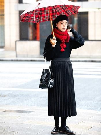 こちらのコーディネートは、鮮やかな赤をポイントにした女性らしい着こなしが可愛いですね。ベレー帽やドレスシューズなど、おしゃれなトラッド小物も素敵です。