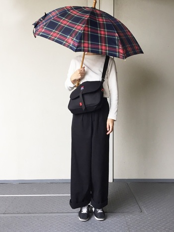 バンブーの持ち手が可愛い傘も、コーディネートのアクセントにおすすめのアイテムです。英国らしいクラシカルなチェック柄が、シンプルな着こなしに華やかさをプラスしてくれます。