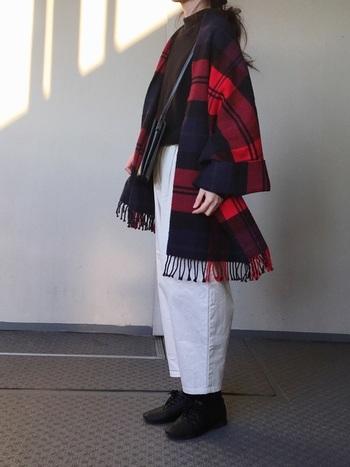 軽くてあたたかいTraditional Weatherwearのストールは、ニットの上から羽織るライトアウターとしても活躍してくれます。黒ニット×白パンツのシンプルなモノトーンに、ストールの「赤」が映えてとても綺麗ですね。