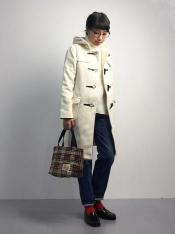 チェック柄のトートバッグをアクセントにした、上品で可愛いトラッドスタイルです。白を主役にした爽やかな着こなしが素敵ですね。シンプルなコーディネートに華やかさをプラスする、チェック柄とソックスの「赤」もポイントです。