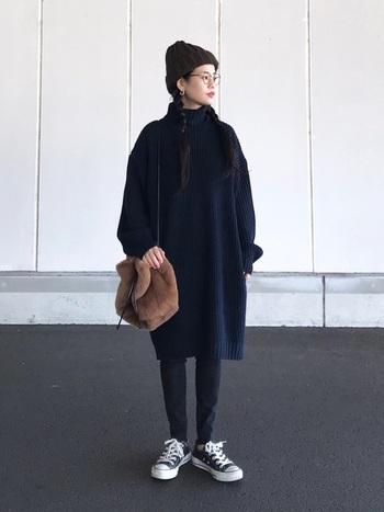 ワントーンコーディネートに小物でアクセントを加えたスタイル。ニット帽とバックの色を合わせることで、統一感も生まれます。どれも暖かいアイテムですが、メリハリをつけ、ワントーンにすることで、モコモコに大きくなりがちな冬もコンパクトにまとめれます。