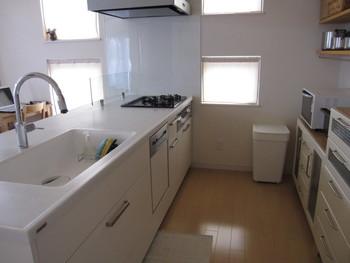 そこで今回は、カウンターキッチンまわりのおしゃれなダイニングセットレイアウト方法や収納方法をご紹介します♪