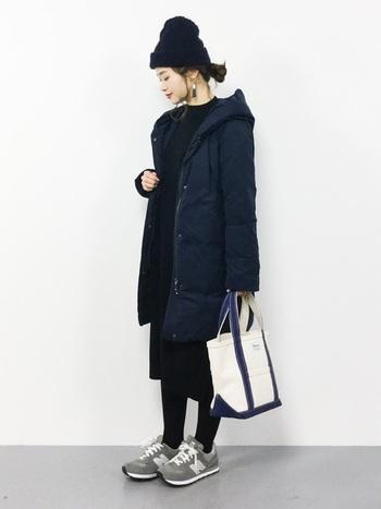 ニット帽がシンプルだからこそ、タッセルデザインのイヤーアクセサリーなど小物で遊んでも。モノトーンコーデでも、キャンバス地のバッグが軽さを出してくれます。