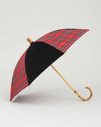 こちらは伝統的なロイヤルスチュワートと、無地のブラックの生地を組み合わせたおしゃれなデザイン。英国らしいクラシカルな雰囲気が素敵ですね。UVカット加工が施されているので、日傘としても使用できます。