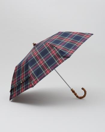 こちらの「HOLDING UMBRELLA」は、携帯に便利な折りたたみ傘です。普段使いはもちろんのこと、お出かけや旅行など幅広いシーンに活躍してくれます。上品なバンブーの持ち手と、長く愛用できるベーシックなデザインも魅力的です。