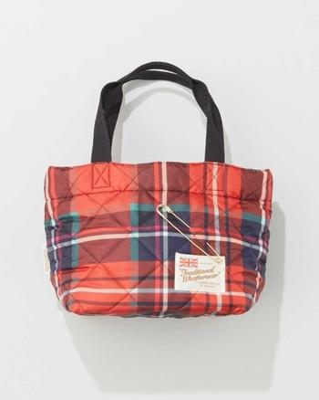 華やかなチェック柄のキルティングに、上品なゴールドのピンをあしらったお洒落なトートバッグです。バッグの素材には軽くて水に強いナイロン生地を使用しています。丸みのある愛らしいフォルムと、小ぶりのサイズ感が可愛いですね。