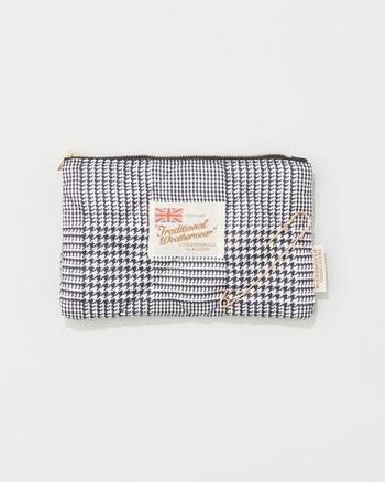 バッグインバッグや化粧ポーチとしても活躍する、便利でおしゃれなミニポーチです。ゴールドのピンをアクセントにした、シンプルで上品なデザインが素敵ですね。キルティング素材でできた可愛いポーチは、大切な方へのギフトにもぜひおすすめです。