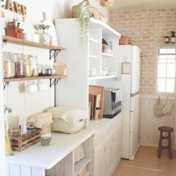 カウンターキッチンは、カウンターの向こうからキッチン奥の様子が見えやすいのが特徴。  これをメリットととらえるかデメリットととらえるかはご家庭次第…なのですが、「キッチン奥を見られるとちょっと恥ずかしい…」「生活感があるなぁ」と感じる方も多いようです。  そこでまずトライしていただきたいのが、「壁面収納を活用する」ポイント。