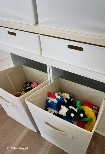 深めのボックスがあれば、おもちゃも雑誌も雑貨も対応可能。  季節ごとに使いたいエプロンや目隠ししたいアイテムを入れるスペースとしても役立ちますね。  ボックスでモノを管理できると、どこに何があるかを把握しやすくなるだけでなく、収納できる限界量を把握することも可能に。  目隠しもしやすい場所なので、この位置にゴミ箱を配置する方も多いようです。