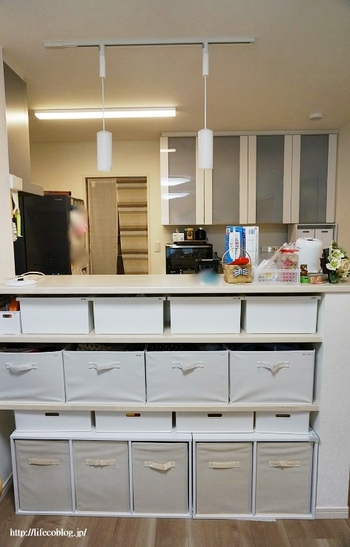 カウンター下にはチェアを入れる方もいらっしゃるかもしれませんが、食事はテーブルで食べたい派のご家庭はこの「カウンター下スペース」がデッドスペース化している場合もあるのでは?  それなら、カラーボックスやボックスを並べて簡易収納チェストを作ってみましょう!  LD空間に散らばりがちなお子さんの宿題やおもちゃ、キッチンで使う雑貨などをキレイすっきり収納できますよ。