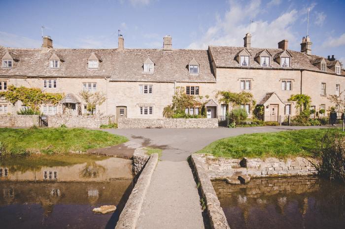 コッツウォルズの魅力は、緑に囲まれたのどかな風景や小さな教会など、素朴な美しさをゆっくり楽しめる点にあります。たくさんの村が点在するコッツウォルズですが、その中でも特に美しいと言われているのが「バイブリー村」です。その美しさは、イギリスのデザイナーであるウィリアム・モリスが「イギリスで最も美しい村」と称したほど。