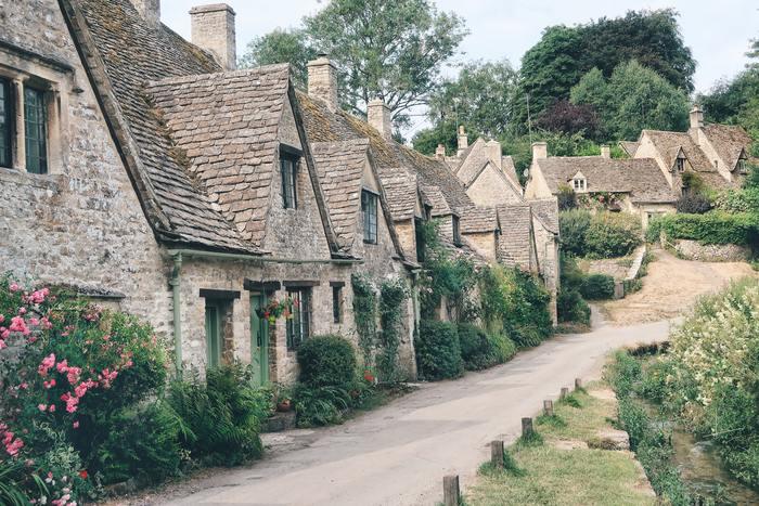 ホテルが「ザ・スワン・ホテル」の一軒しかなく、とても小さな村である「バイブリー」。観光名所のような場所はないですが、だからこそゆったり散歩したり、イギリスの田舎に住んでいるようなひと時を味わえる村なのです。 カラフルな家や色とりどりの花など派手なものではなく、素朴な自然が癒しを与えてくれる、まるで絵本の中のような世界がそこにあります。