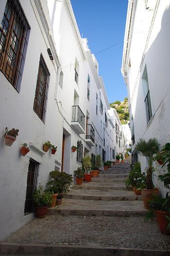 南スペインのアンダルシア地方にあり、地中海を望んで白い家々が立ち並ぶ「フリヒリアナ」は、スペイン一美しい村と称されるほどの場所。アンダルシア地方は、もともと白い家が多いのですが、その中でもフリヒリアナは美しく、また2~3時間も歩けば廻れるほどにこじんまりとした村なのです。