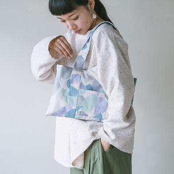 最後にご紹介するのは、冒頭に登場したショルダーバッグです。持ち手やポケットなども縫いますが、全て直線なので大丈夫。デイリーに活躍するカジュアルなデザインです。
