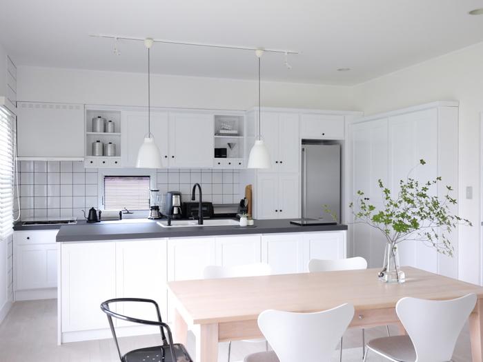 LD空間に余裕があるご家庭におすすめの置き方。  これなら、家族メンバーが多くても余裕をもって座れます。  カウンターキッチンの前に置くことで、どの席に座っている人もキッチンに簡単にアクセスしやすくなるのも魅力ですね。