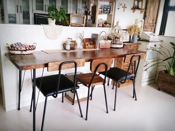 カウンターをそのままテーブルとして活用する方法です。  食卓用テーブルを用意しなくても良いので、お部屋のスペースが小さめの方にもおすすめ。