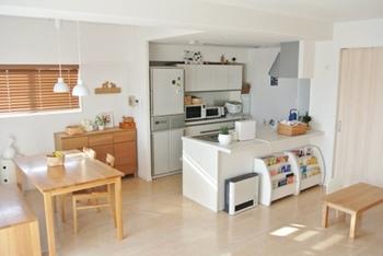 同じ置き方でも、このようにスペースを離して配置するとまた違った印象に。  これだけキッチンとテーブルの間が開けば、キッチンとテーブルの間に間仕切りを置いたりすることもできますね。