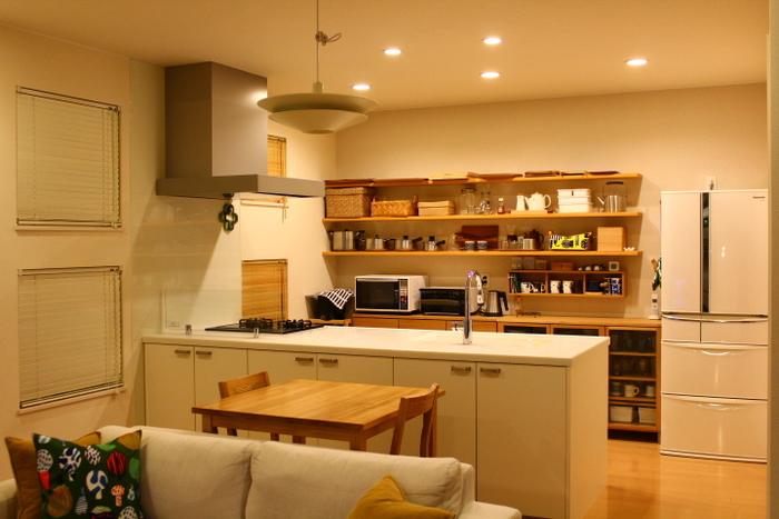2人世帯のご家庭なら、こんなコンパクトなテーブルでも良いですね。こちらもカウンター近くに置いておけば動線も確保しやすくなります。