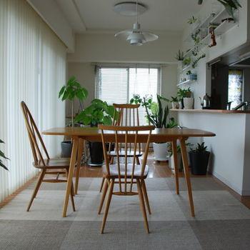 収納やテーブルレイアウトで悩みがちな、カウンターキッチン周りのおすすめ収納方法やテーブルレイアウト方法をご紹介してきました。  なんでも置きやすいカウンターパートをすっきりと見せるには収納の工夫が必須。  ダイニング周りのアイテムを無理なく片付けられ、いつでもきれいな空間を保っておきたいですね。  ダイニングテーブルの配置も家族数や動線を考えて配置するだけで家事の効率も大きく変わります。