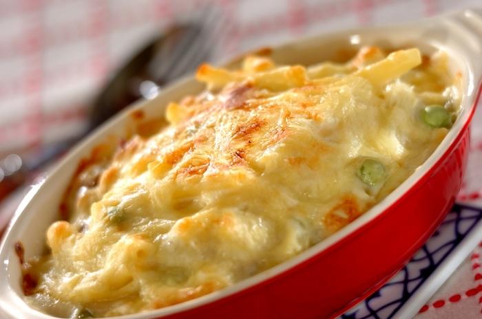 グラタンといえば、やはりマカロニグラタン。寒くなるとなんだか恋しくなりますね。小さいころにに作ってもらった、懐かしい味が忘れられない方も多いのではないでしょうか。鶏肉と玉ねぎで作る定番のレシピです。