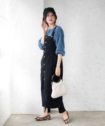 引き続き人気のジャンパースカートも、コーデュロイで上品に。スリット入りレギンスで今年らしく足元を決めて◎