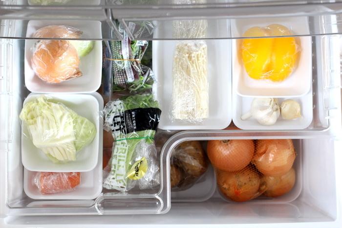 冷蔵庫の野菜室は、開けるだけでストックしている食材を見渡せる「小分け収納」を活用するのがおすすめです。中途半端に使ったタマネギやキャベツなどは、野菜室に残っていることをついつい忘れてしまいがち。新しく購入した野菜を先に使ってしまい、食材のロスも頻繁に起こってしまいます。