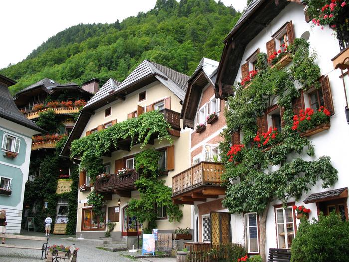 ハルシュタットは街並みもとてもきれい。アルプスの自然に溶け込んだ色とりどりの小さな家々を歩いて散策してみましょう。