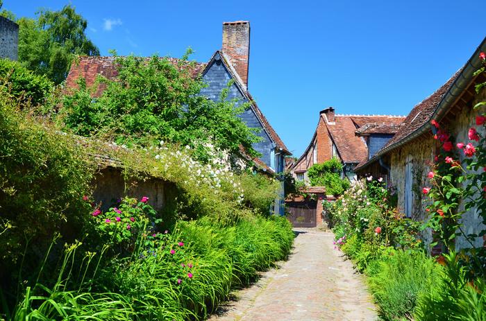ジェルブロワの一番の魅力は、色とりどりのバラの花たちと石造り、木組み、レンガ造りの素敵な家々。美しい自然と一体化したこの村は、まるで村そのものが芸術作品のよう。フェアリーテイルの世界に迷い込んだような気分にさせてくれます。そのため、シーズンは花の季節である初夏がおすすめだとか。