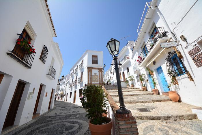 フリヒリアナの一番の魅力は何と言っても、白い家と地中海の青い空とのコントラストの美しさ。地中海にある村ならではの、開放的な雰囲気が漂っています。