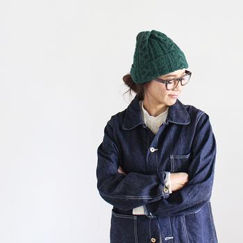 インパクトのあるカラーのハイランド2000のニット帽はデニムやモノトーンコーデと合わせると◎。クラシカルなメガネとの相性もバッチリなので、参考にしてみてくださいね。