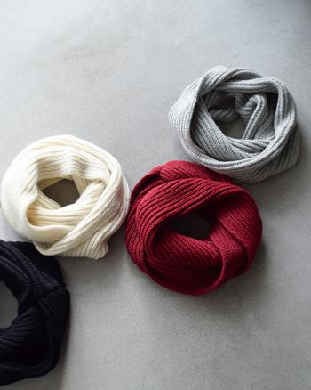 アルパカとウールを使用したスヌードは手織り機ならではの柔らかな質感が人気です。ボリューム感もあり、ラフに巻いてコーディネートもしやすいです。
