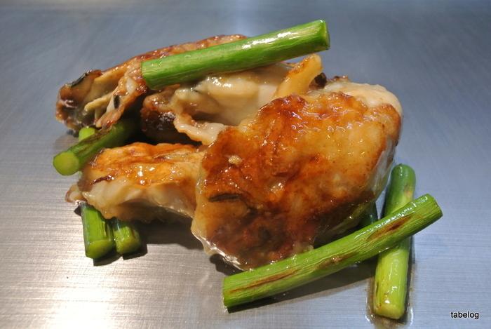 大きな鉄板で焼かれた「カキのバター焼き」は、にんにくの芽と共にぷりぷり食感を残したままカリッと焼き上げられた牡蠣が絶品。一緒に出されるキャベツと一緒につまみつつお酒を飲んで、のんびりとお好み焼きが焼けるのを待ちましょう。