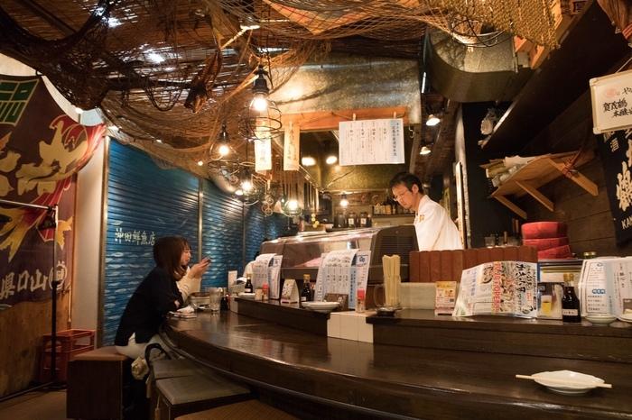 平和記念公園の程近く、繁華街の中にある居酒屋です。カウンター席前のショーケースには牡蠣や鮮魚が並び、まるで魚市場のような活気のある雰囲気。味噌バター風味の「カキ味噌鍋」などの牡蠣料理はもちろん、「刺身どっさり盛り」や穴子料理もおすすめです。「雨後の月」や「宝剣」などの地酒と一緒に楽しみたいですね。