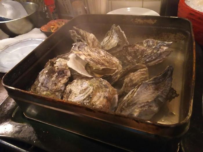 おすすめは1kgの殻付き牡蠣をあられ缶で豪快に焼き上げる、名物「がんがん焼き」!大粒でぷりぷりの牡蠣が堪りません。熱々を軍手で剥きながら食べるので、かき小屋らしさも味わえます。「牡蠣小屋で自分でやくのは難しそう」という方にもおすすめ♪