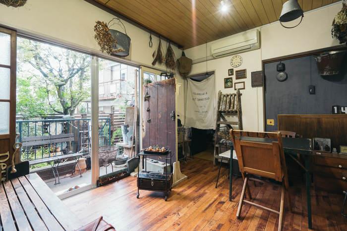 古い木材とアイアンの家具をふんだんに置いたお部屋です。壁にドライフラワーを飾ったり、カーテン変わりにナチュラルな布を使ったりとやわらさも取り入れて全体的にヴィンテージの良さが出ていますね。