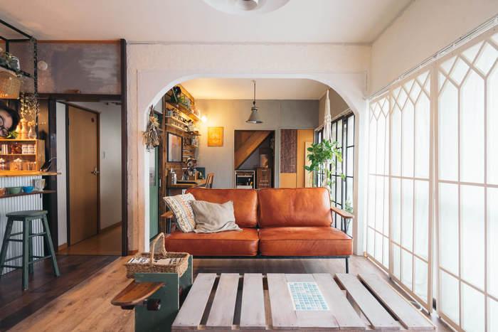 大きな革製のソファを主役にしたインテリアです。所々で照明が上手く使われていて、落ち着いた雰囲気を醸し出していますね。