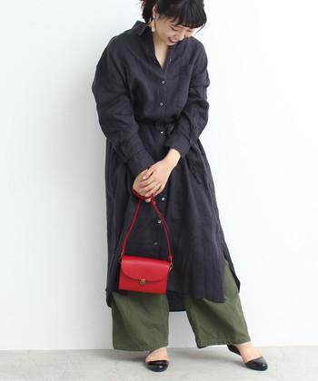 暗めコーデに真っ赤なバッグが目を引きます。小さめだから悪目立ちせず、センスのいい上品ルックが叶います。