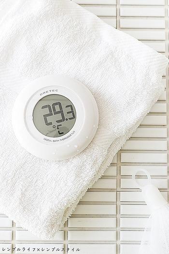 高温のお湯は、肌を保護してくれている大切な皮脂まで落としてしまうおそれがあります。おすすめの湯温は、高くても35℃くらいまで。乾燥肌が気になる人は特にぬるめの方が良いでしょう。お湯に浮かべればすぐに温度がわかる水温計を使うと、お肌に優しい湯温をより正確に測ることができます。