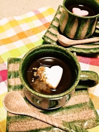 夜に飲むなら、ラムを加えたちょっと大人のショコラはいかがでしょう。チョコレートはビターにしてほろ苦に、マシュマロの甘さがふんわり引き立ちます。身体もぽかぽか、ぐっすり眠れそう♪