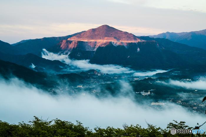 標高586メートルある美の山の山頂付近にある「美の山公園」。山頂展望台からは秩父市街や群馬県の赤城山まで360度パノラマの景色が楽しめます。条件が合えば神秘的な雲海を見られることも。