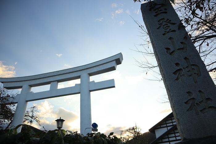埼玉県秩父郡長瀞町にある「宝登山神社」。標高497メートルほどある宝登山の麓に本殿、山頂には奧宮があります。豊かな自然に囲まれたこの神社はパワースポットとしても人気があり、全国各地から多くの参拝客が訪れます。