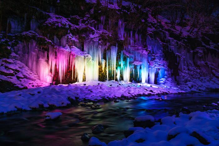 夜には秩父の四季をイメージしたカラーでライトアップされ、昼間とは異なり幻想的な風景が楽しめます。川に映り込む様子も神秘的で見応えがありますよ。