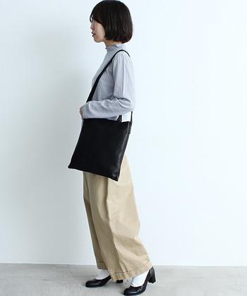 シンプルで薄めのデザインは野暮ったくならず女性らしいルックに。肩掛けも斜め掛けもシーンに合わせて持ち替えられるのがうれしい。