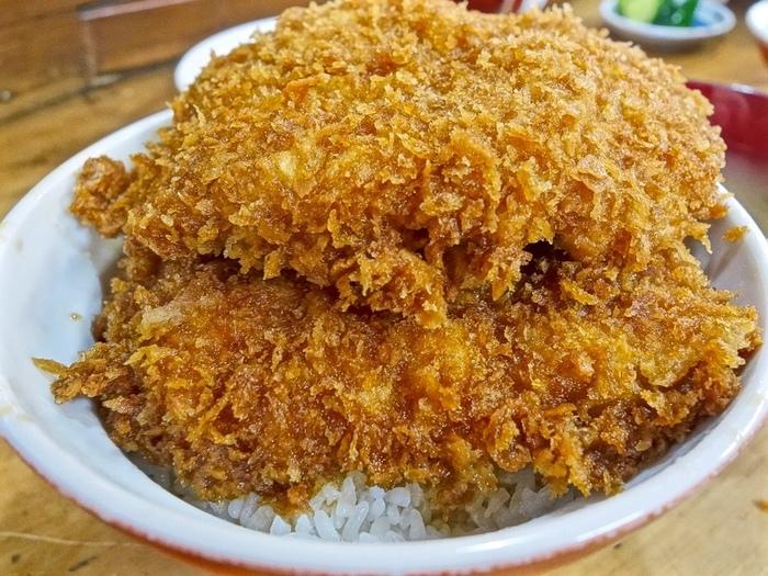 見ためにもインパクト大なわらじカツ丼は、大満足のボリューム感。「安田屋日野田店」では食べきれなかったときのために、テイクアウト用の入れ物も用意されているので、女性でも気軽に注文できますよ。