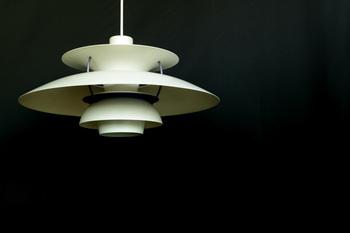 北欧ヴィンテージといえばポール・ヘニングセンがデザインした「ルイスポールセン」というペンダントライトが有名です。間接照明のようなやわらかな光に心が温まりますね。