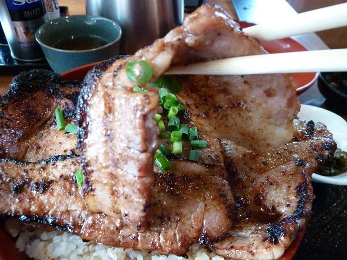 豚のみそ漬けを炭火で香ばしく焼き上げ、ご飯の上にたっぷりと盛り付けます。しっかりとしたみそ味と豚肉のジューシーさが相まって美味しいと評判です。